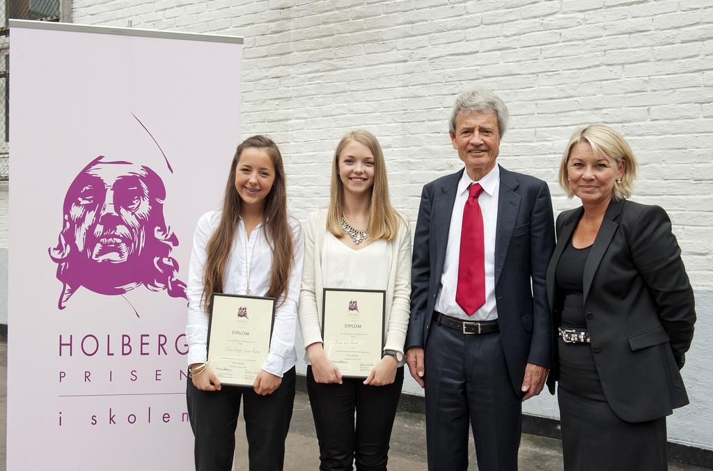 Eline Loe Rønvik og Olivia Høegh-Omdal Paulsen ved Elvebakken videregående skole fikk førstepris i Holbergprisen i skolen for prosjektet: Kven er ikke kven – kvenenes stillfarne kamp for anerkjennelse