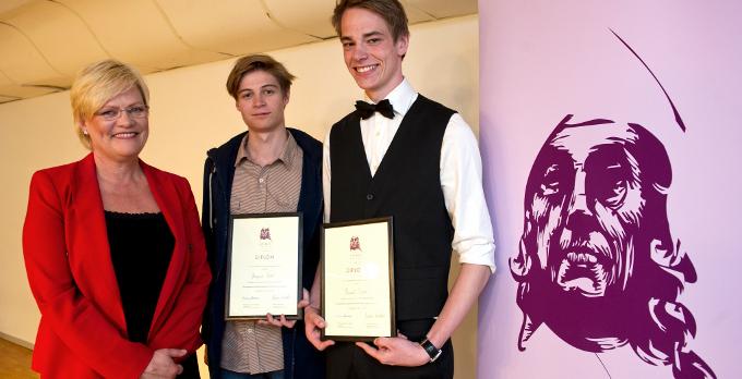 Kristin Halvorsen, Benjamin Aanes og Håvard Dingen fra Bergen Katedralskole