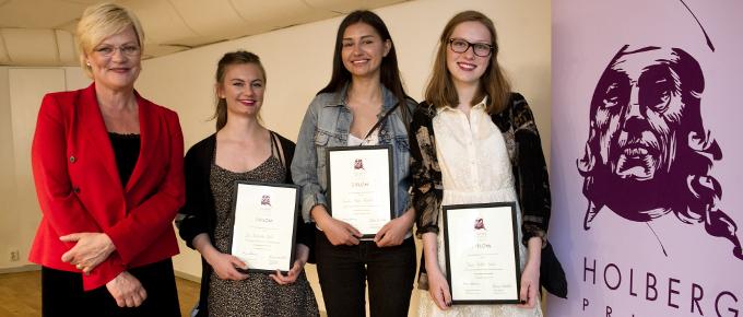 Kristin Halvorsen, Eva Fredrikke Bech, Sandra Perez Møystad og Julie Anette Formo fra Rosenvilde videregående skole