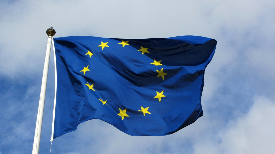 Europeisk flagg. By MPD01605 [CC BY-SA 2.0 (http://creativecommons.org/licenses/by-sa/2.0)], via Wikimedia Commons